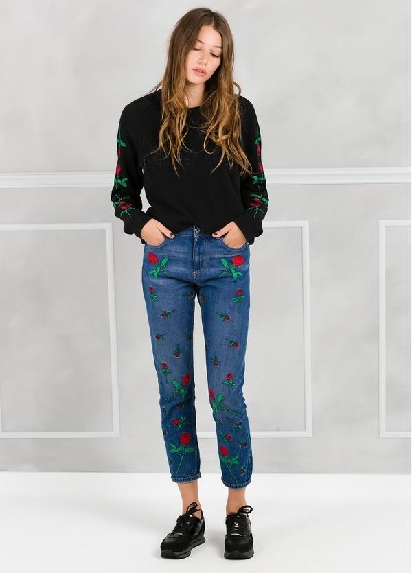 Pantalón tejano color azul denim con rosas bordadas. 100% Algodón.