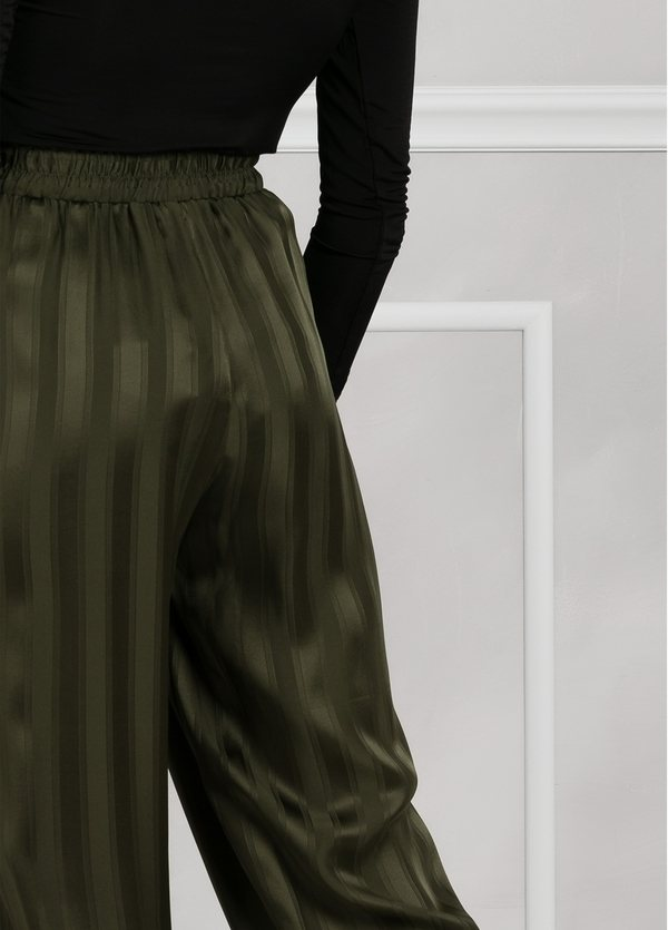 Pantalón woman fluido de corte ancho con rayas, color verde. - Ítem2