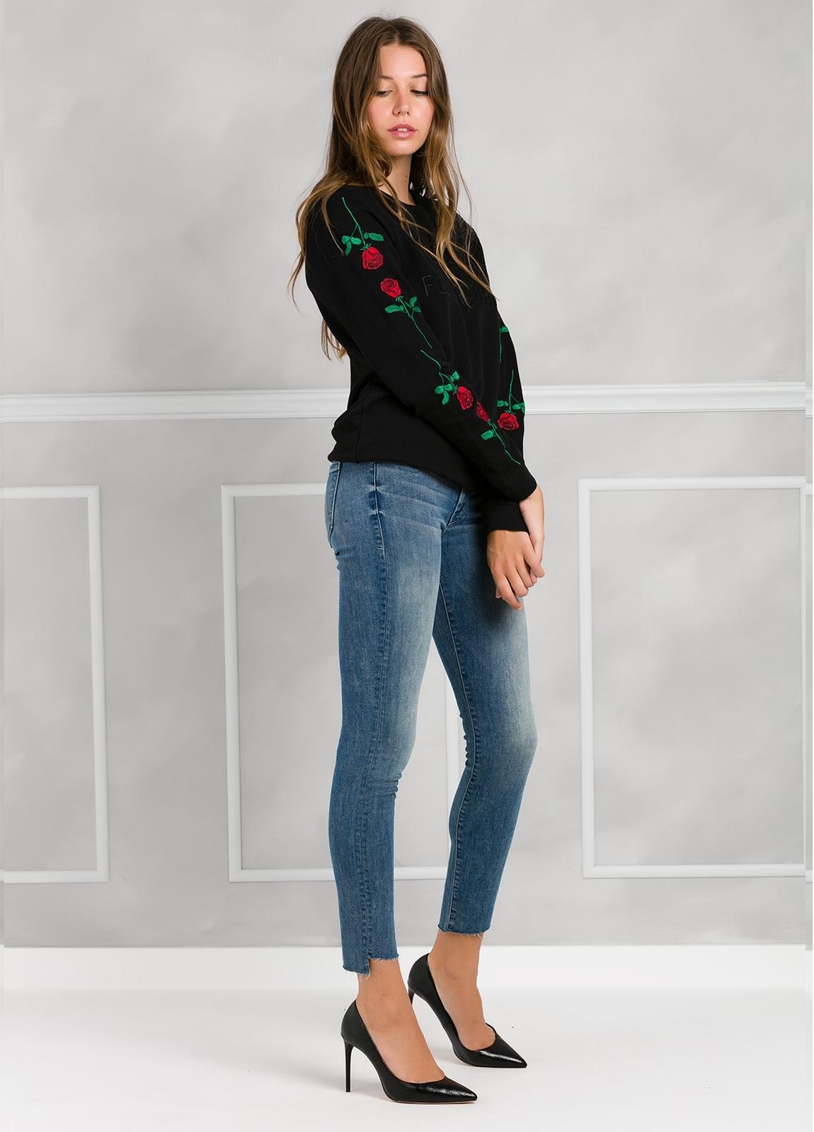Jersey color negro con rosas bordadas en mangas. 80% Algodón 20% poliester.