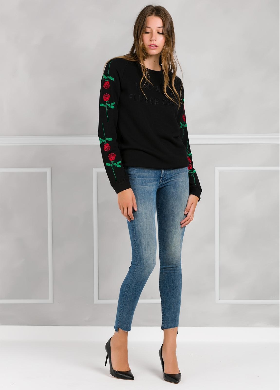 Jersey color negro con rosas bordadas en mangas. 80% Algodón 20% poliester. - Ítem1