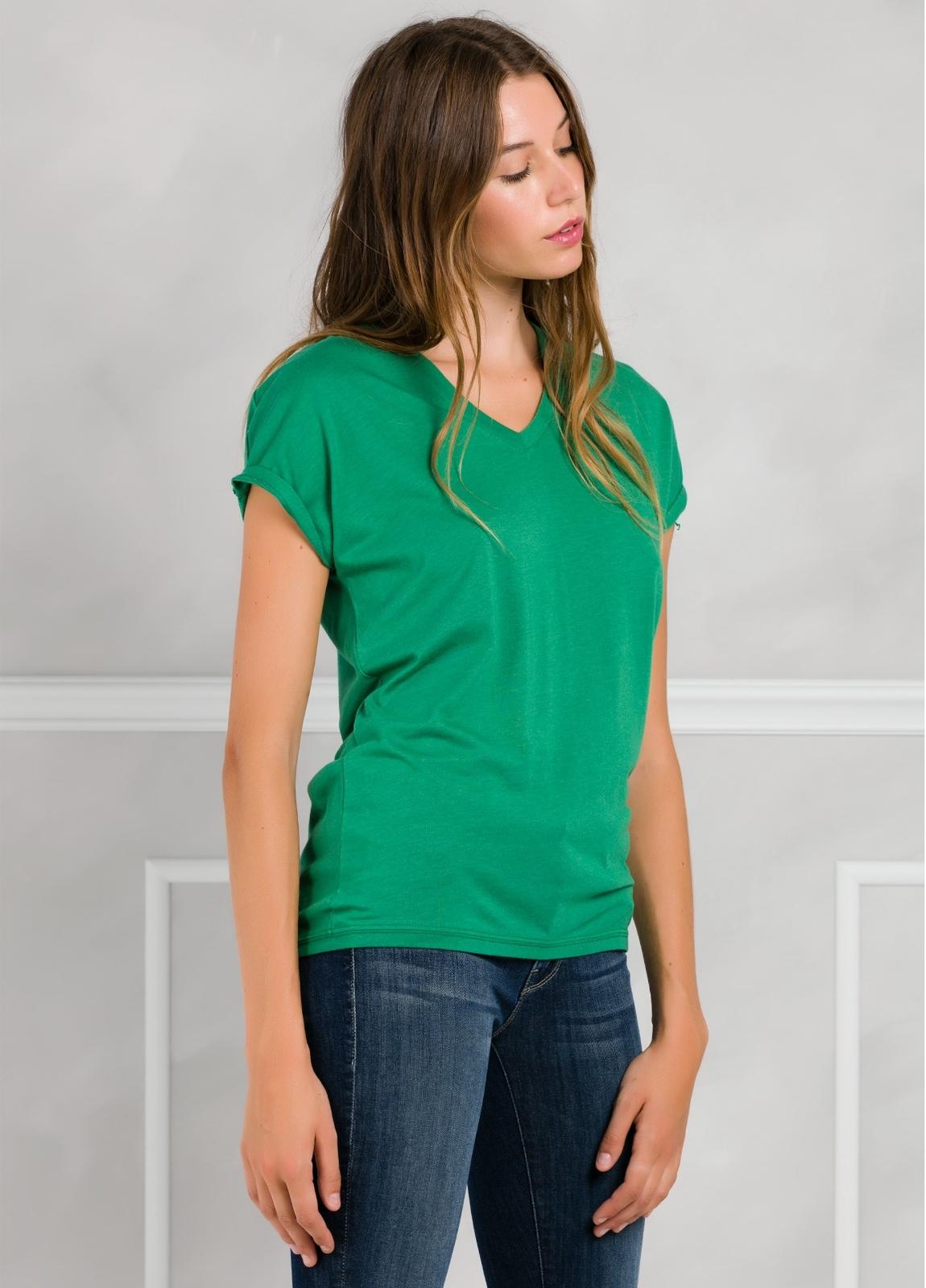 Camiseta manga corta y cuello pico color verde con estampado gráfico en espalda.