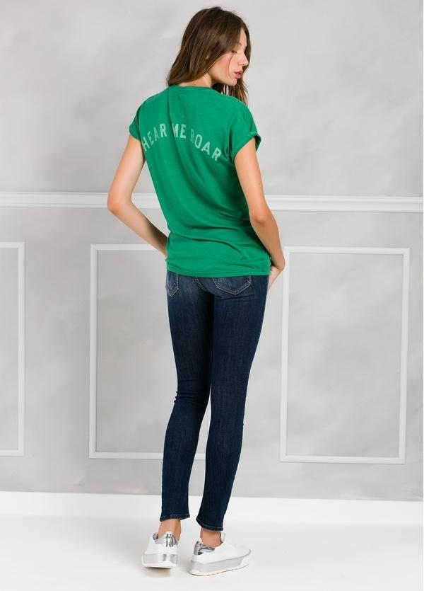 Camiseta manga corta y cuello pico color verde con estampado gráfico en espalda. - Ítem2