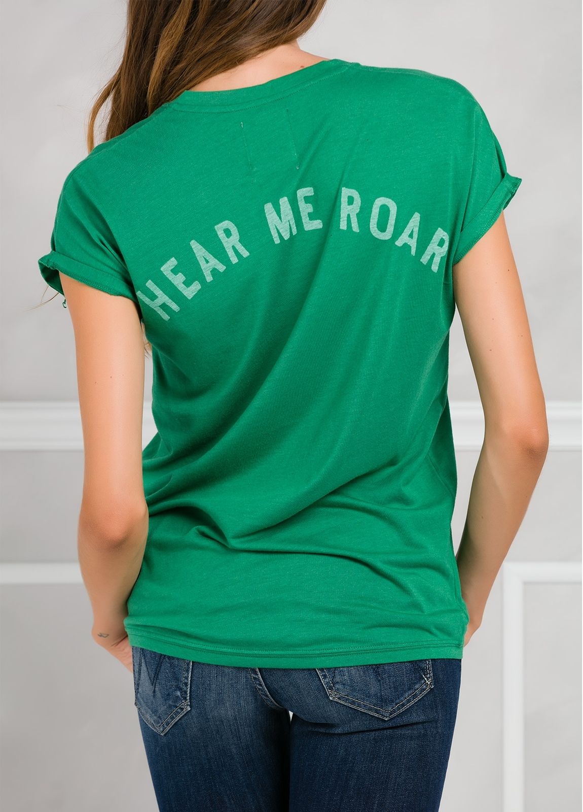 Camiseta manga corta y cuello pico color verde con estampado gráfico en espalda. - Ítem1
