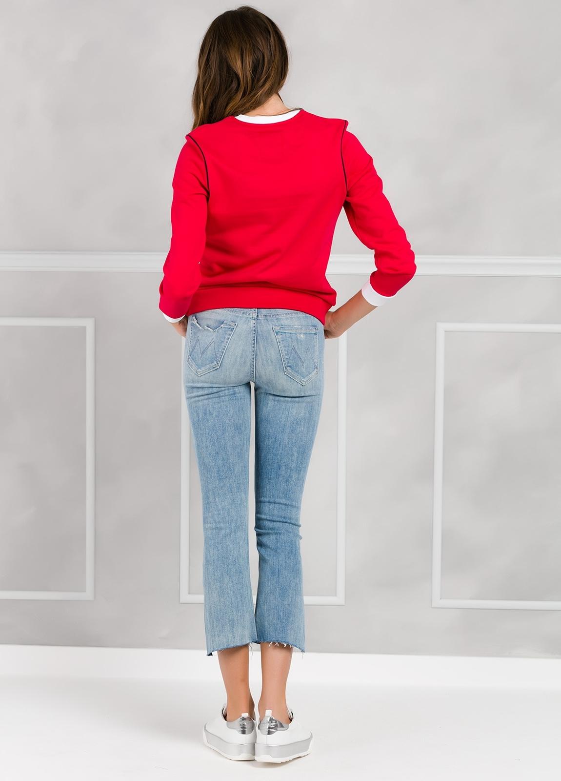 Jersey sport color rojo con estampado gráfico y cintura y puños en contraste. 100% Algodón. - Ítem3