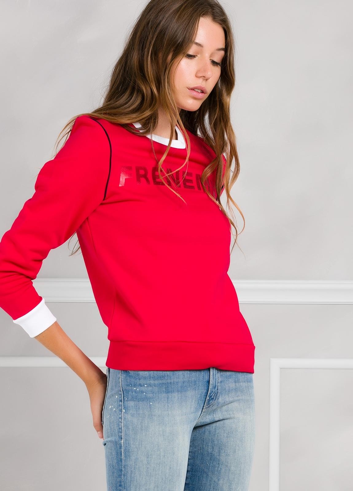 Jersey sport color rojo con estampado gráfico y cintura y puños en contraste. 100% Algodón.