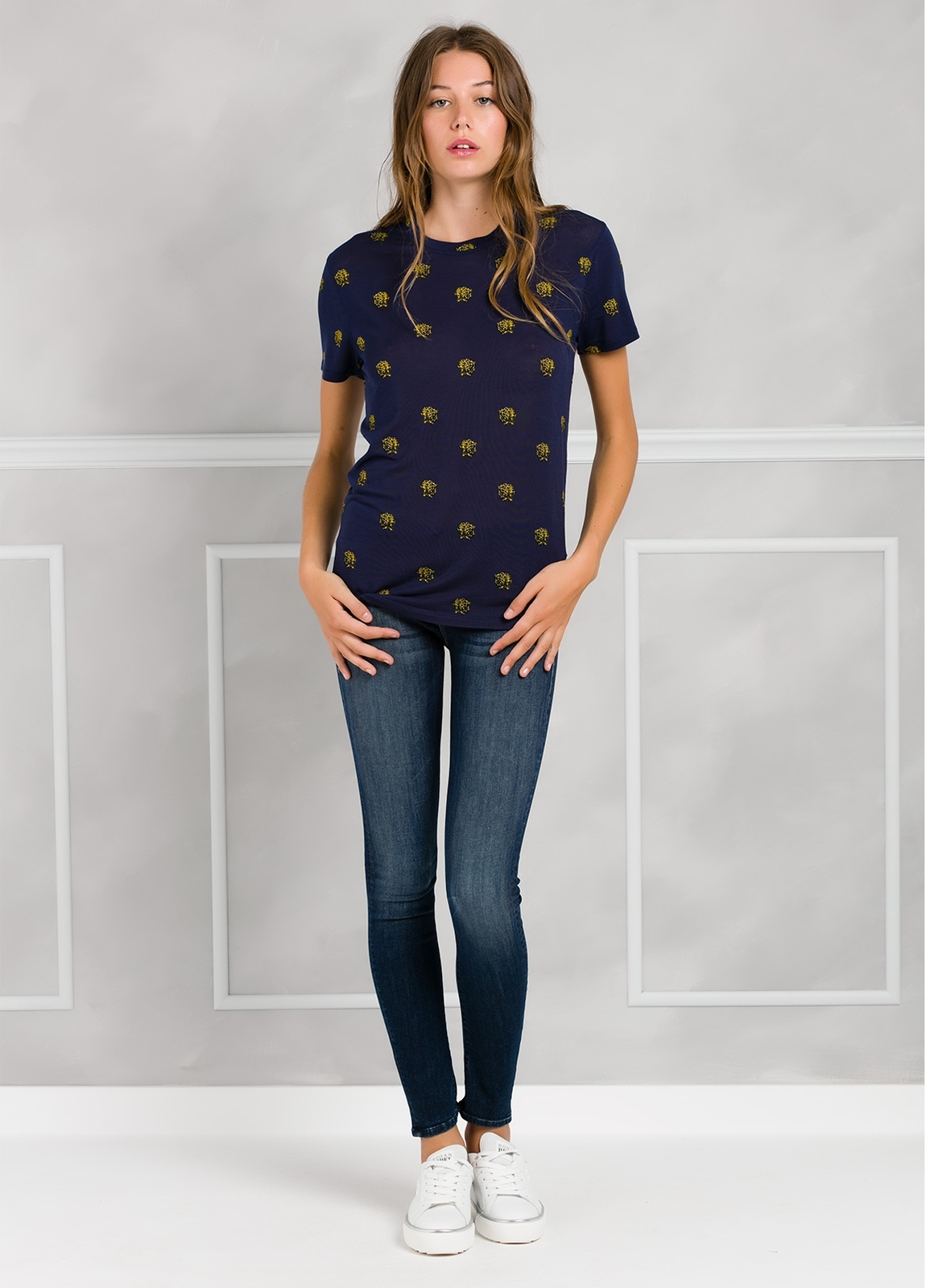 camiseta manga corta color azul marino con dibujo impreso leopardos. 94% Lyocell 6% Elastán.