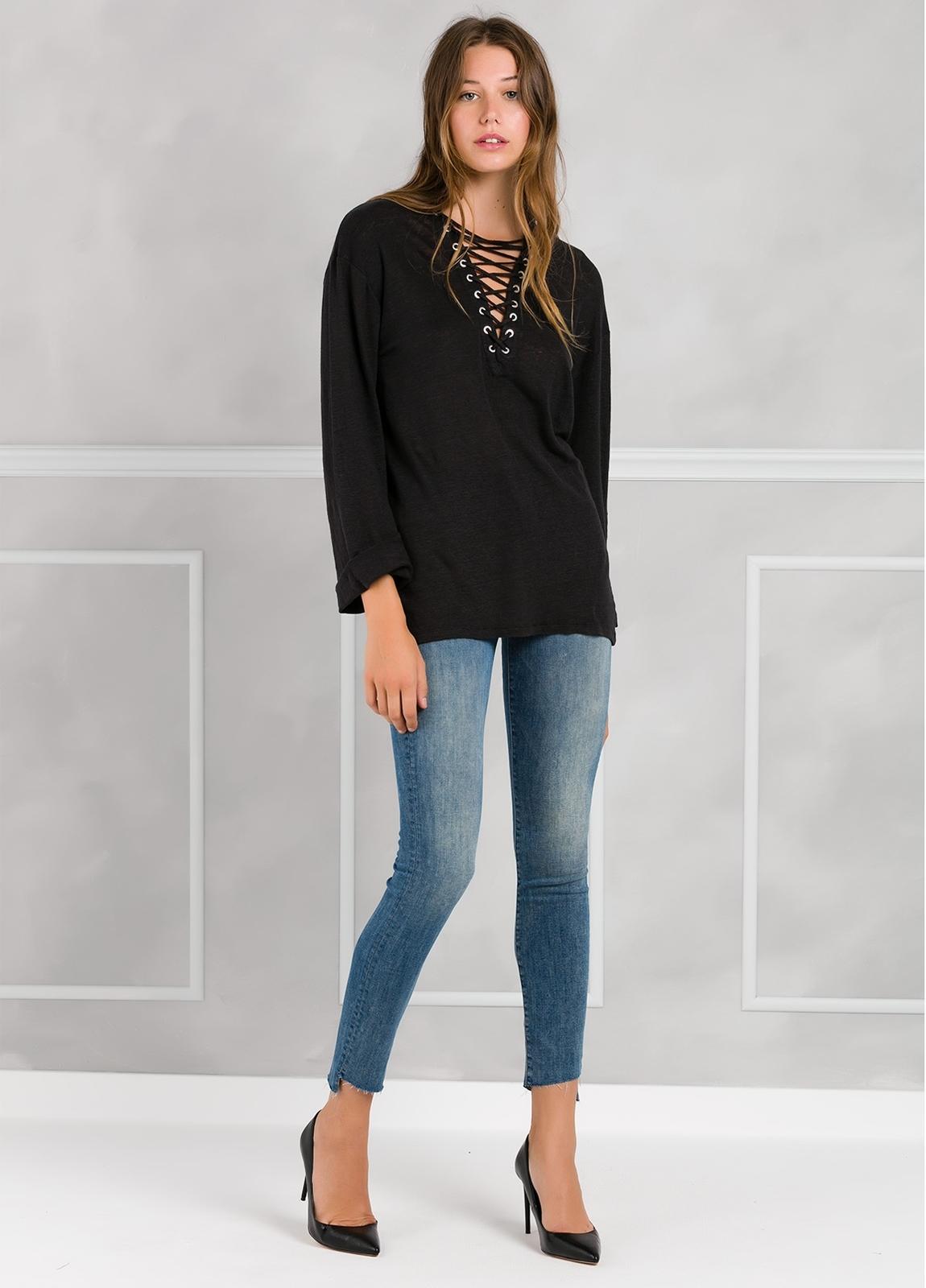 Camiseta woman manga larga color negro, con cordones en escote y apliques metálicos. - Ítem1