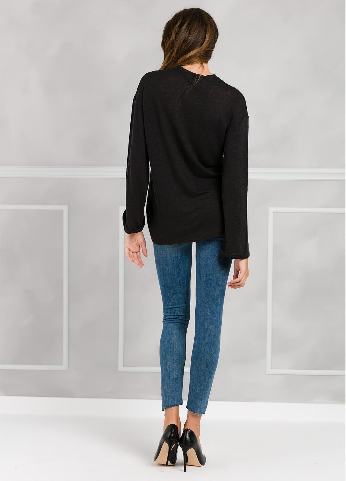 Camiseta woman manga larga color negro, con cordones en escote y apliques metálicos. - Ítem2