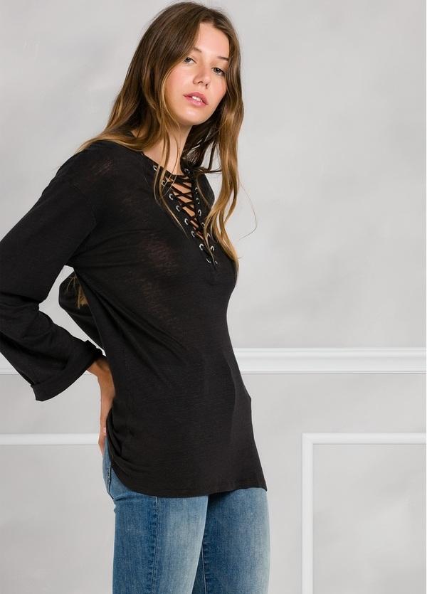 Camiseta woman manga larga color negro, con cordones en escote y apliques metálicos.