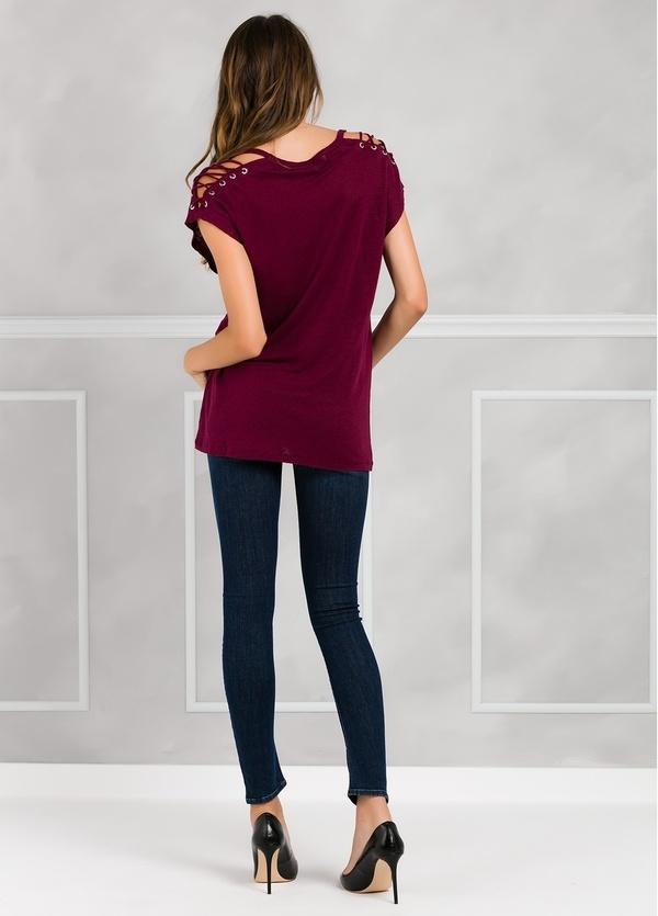 Camiseta woman manga corta color granate, con cordones en mangas y apliques metálicos. - Ítem1