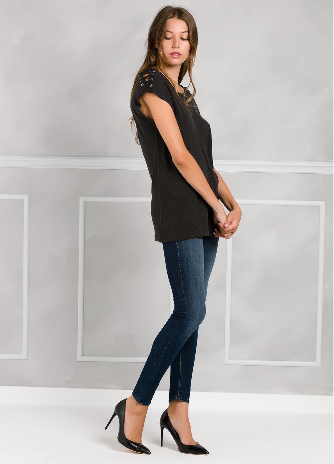 Camiseta woman manga corta color negro, con cordones en mangas y apliques metálicos. - Ítem1