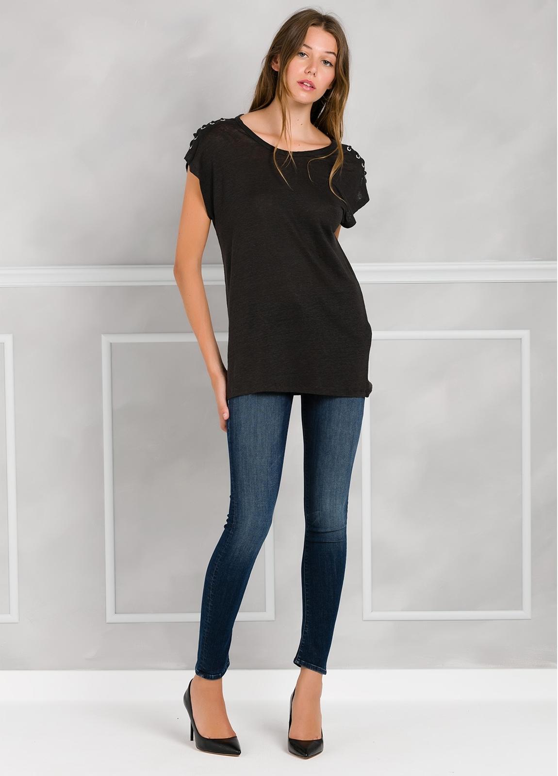 Camiseta woman manga corta color negro, con cordones en mangas y apliques metálicos.