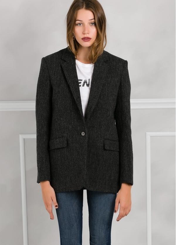 Americana woman color gris oscuro con cuello solapa y bolsillos.