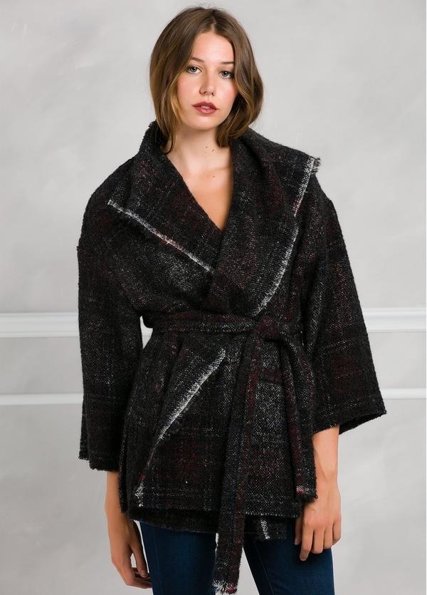 Abrigo corto de cuadros cruzado con cinturón, color negro y morado.
