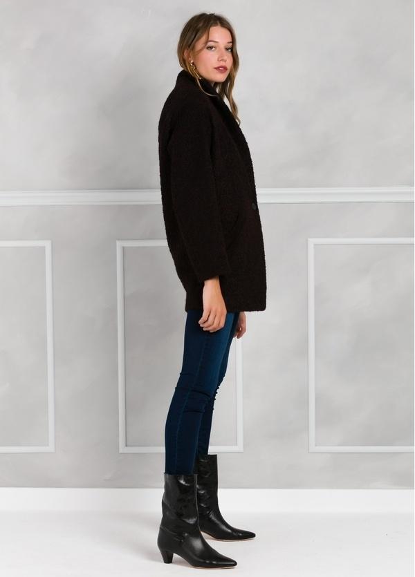 Abrigo corto recto con botón, color morado y negro. - Ítem1