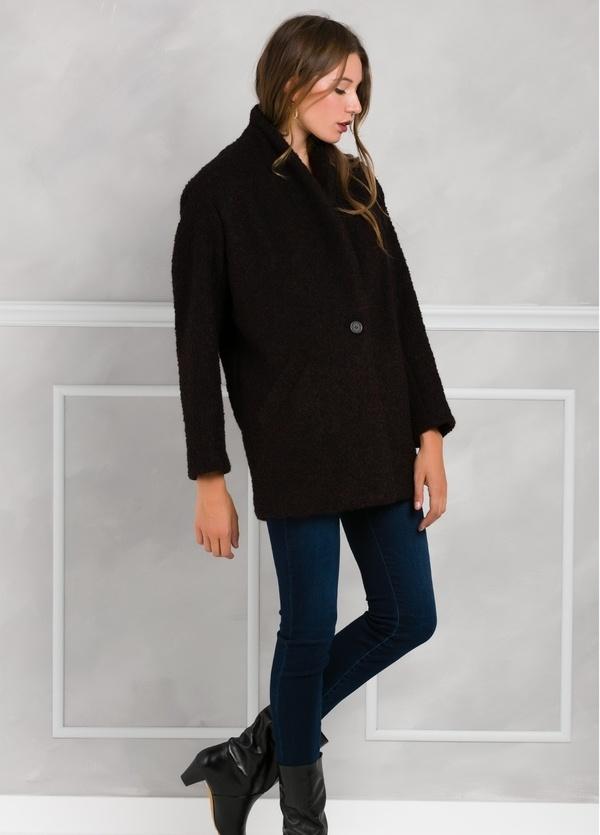 Abrigo corto recto con botón, color morado y negro.