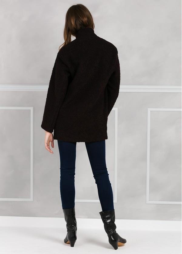 Abrigo corto recto con botón, color morado y negro. - Ítem2