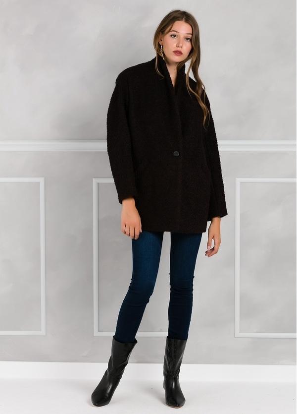 Abrigo corto recto con botón, color morado y negro. - Ítem3