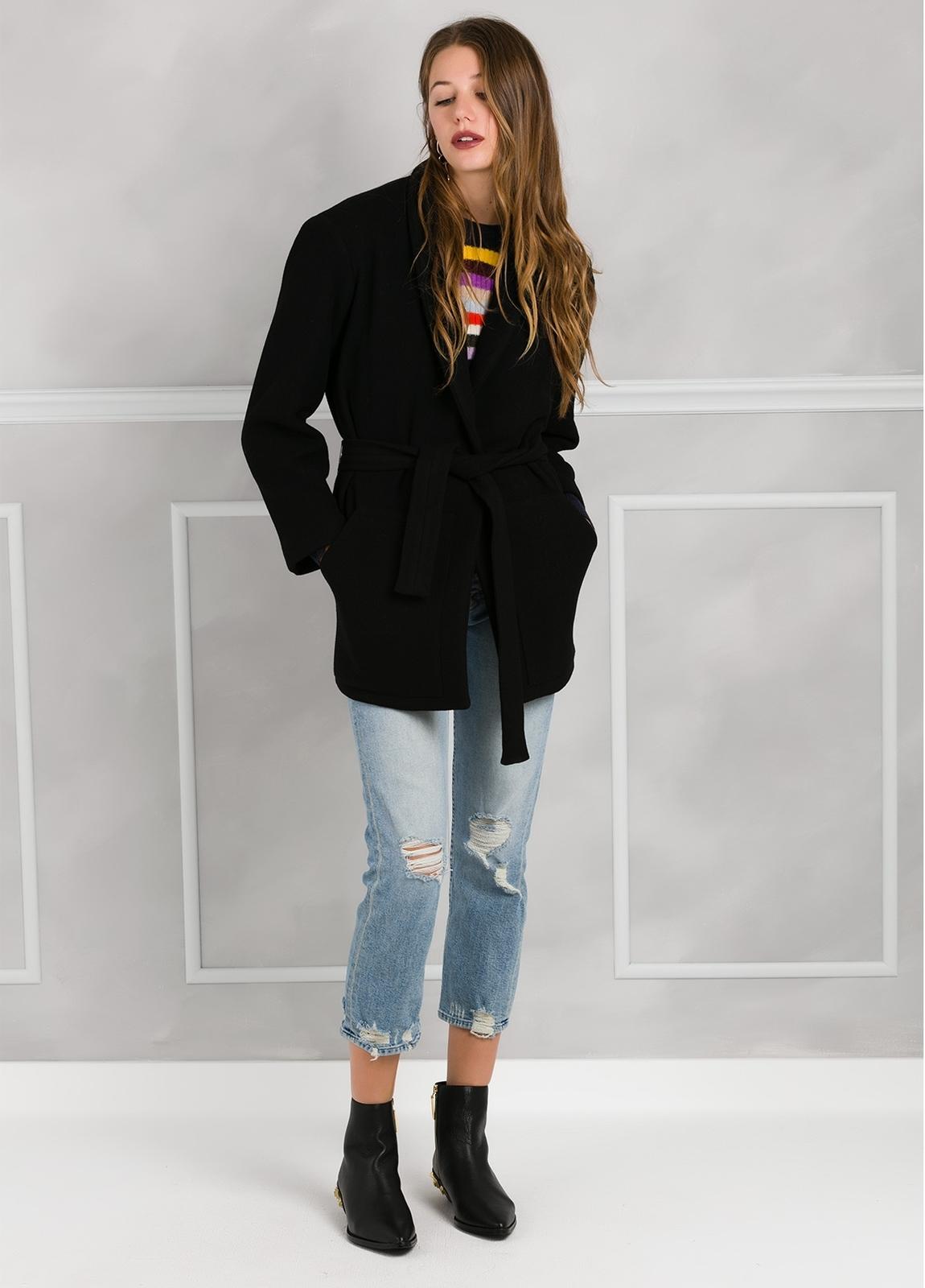 Abrigo color negro con cierre de botón. 76% Poliester 21% Viscosa 3% Elastán. - Ítem3
