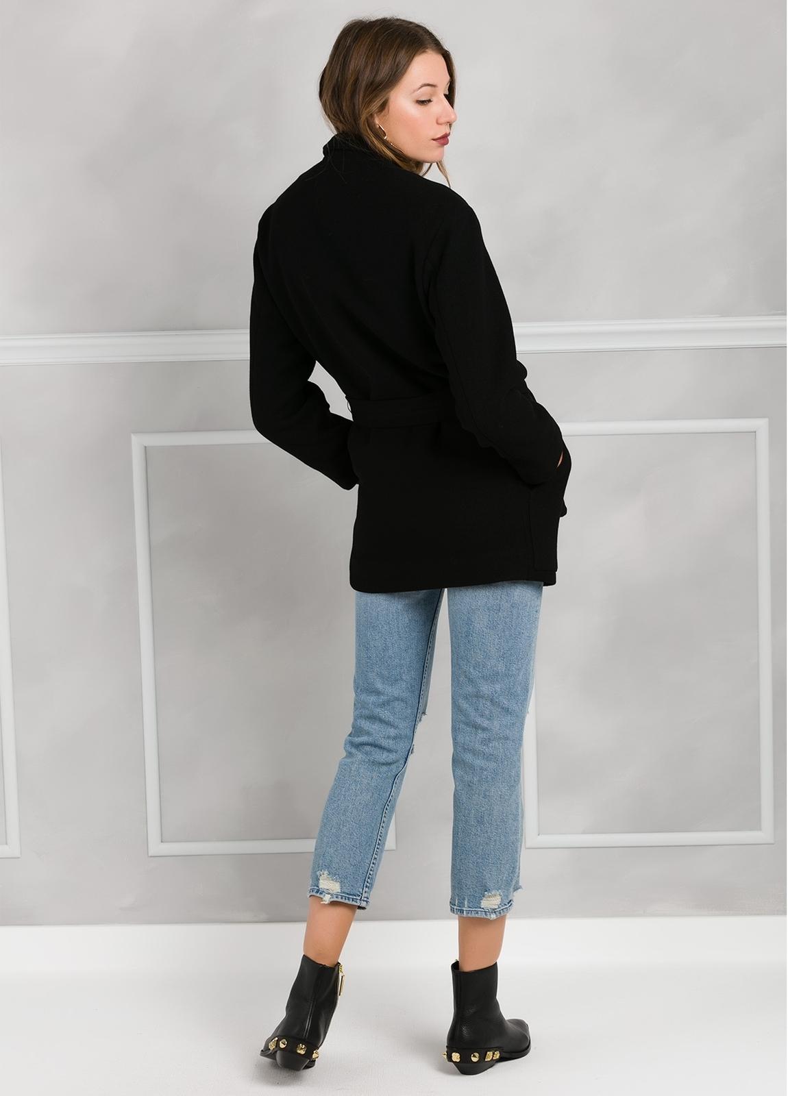 Abrigo color negro con cierre de botón. 76% Poliester 21% Viscosa 3% Elastán. - Ítem1