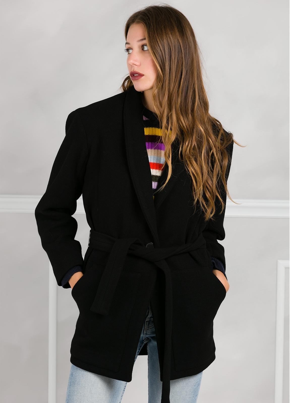 Abrigo color negro con cierre de botón. 76% Poliester 21% Viscosa 3% Elastán.