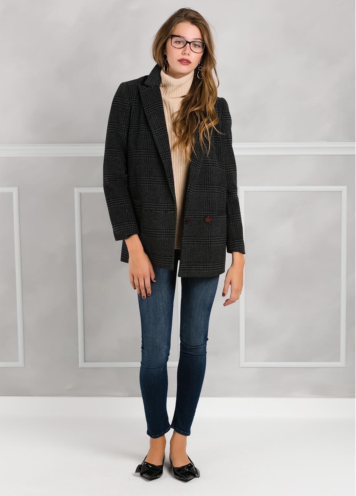 Abrigo corto cuadro gales con dos botones, color gris.