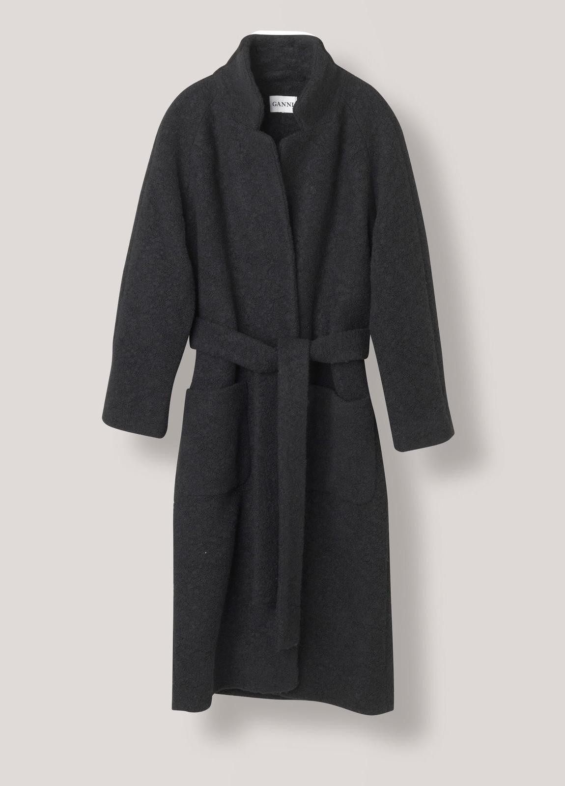 Abrigo con mezcla de lana texturizada color negro con cinturón y bolsillos parche. 50% Lana 50% Poliéster.