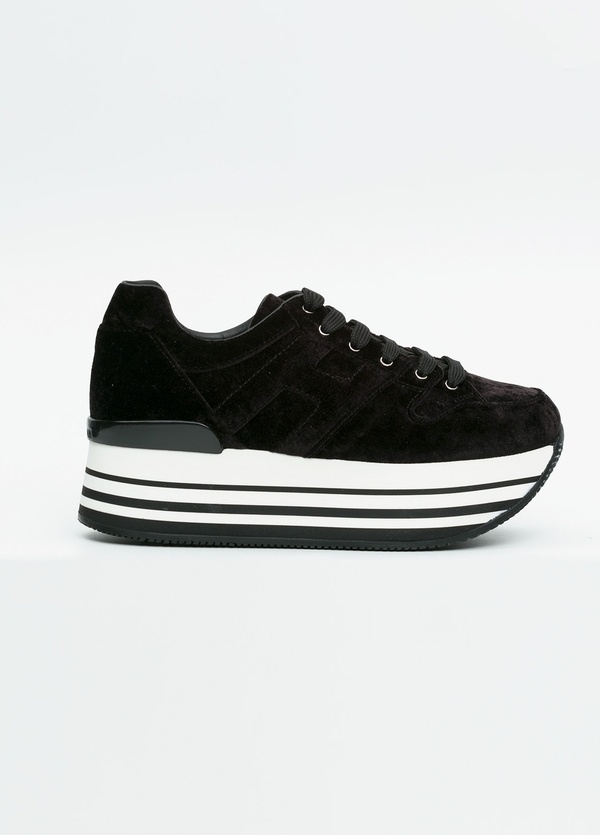 Calzado sport woman color negro con maxi plataforma. H lateral. 100% Serraje.