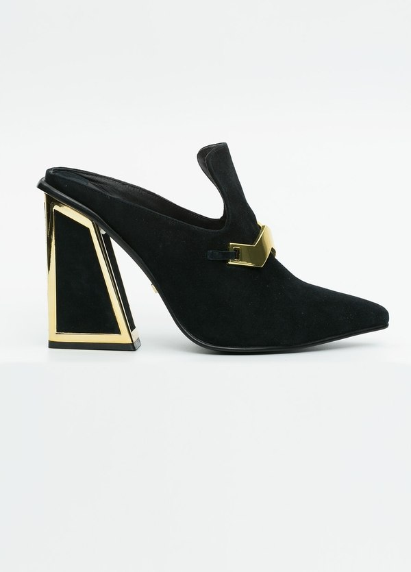 Zapato woman de ante color negro con apliques dorados en antifaz y contrafuerte.