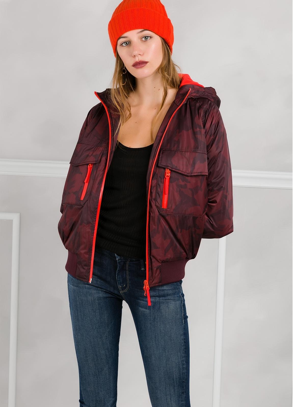 Cazadora woman impermeable con cremalleras y bolsillos, color vino.