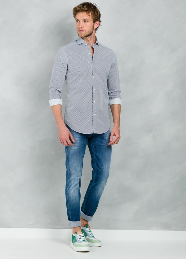 Camisa Casual Wear SLIM FIT Modelo CAPRI estampado lunar color azul, 100% Algodón.