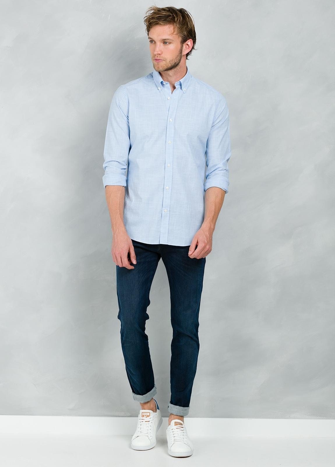 Camisa Casual Wear SLIM FIT Modelo BUTTON DOWN dibujo pata de gallo color celeste, 100% Algodón.