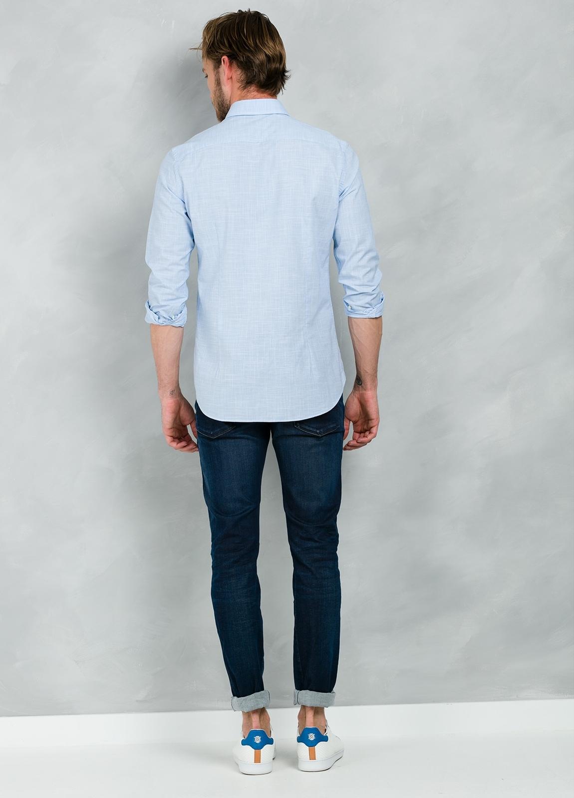 Camisa Casual Wear SLIM FIT Modelo BUTTON DOWN dibujo pata de gallo color celeste, 100% Algodón. - Ítem3