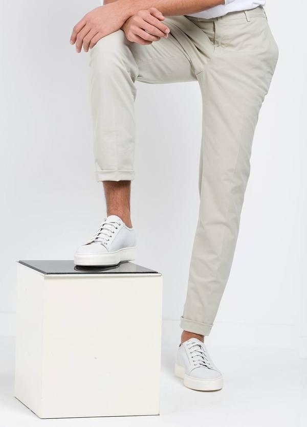 Pantalón Sport SLIM FIT , modelo INCO, color beige, 98% Algodón 2% Elastano.
