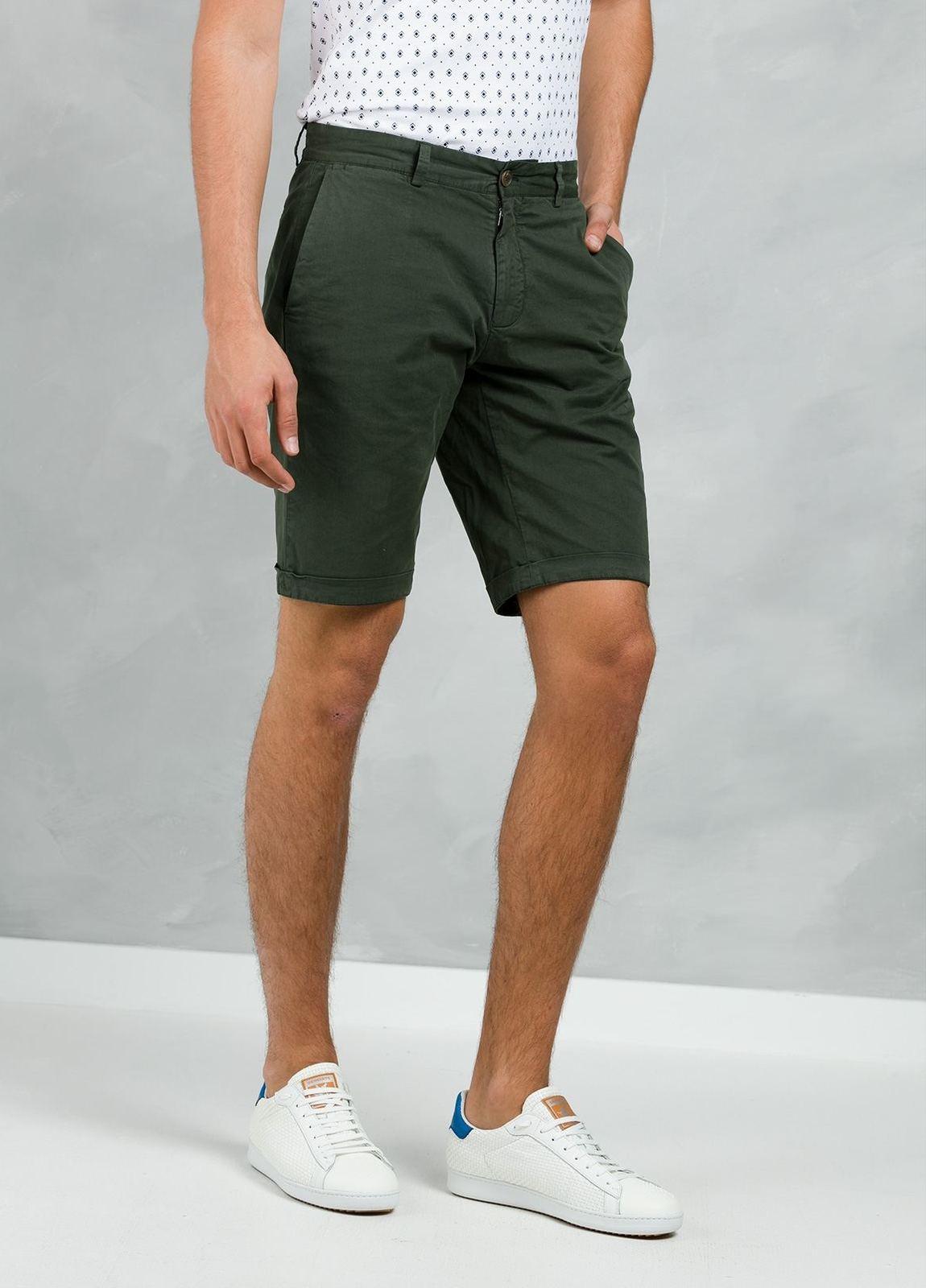Bermuda ligeramente slim fit color kaki, 100% Algodón. - Ítem1