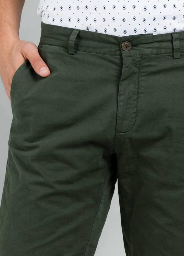 Bermuda ligeramente slim fit color kaki, 100% Algodón. - Ítem3