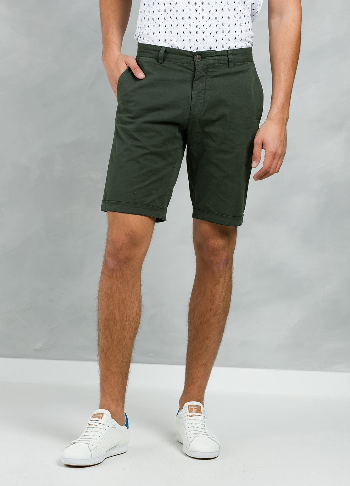 Bermuda ligeramente slim fit color kaki, 100% Algodón.