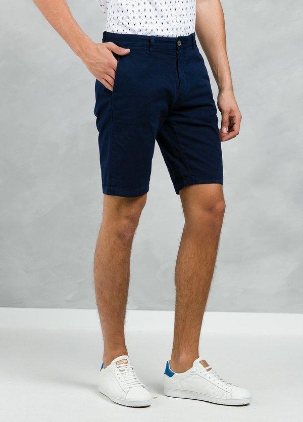 Bermuda ligeramente slim fit color azul marino, 100% Algodón.
