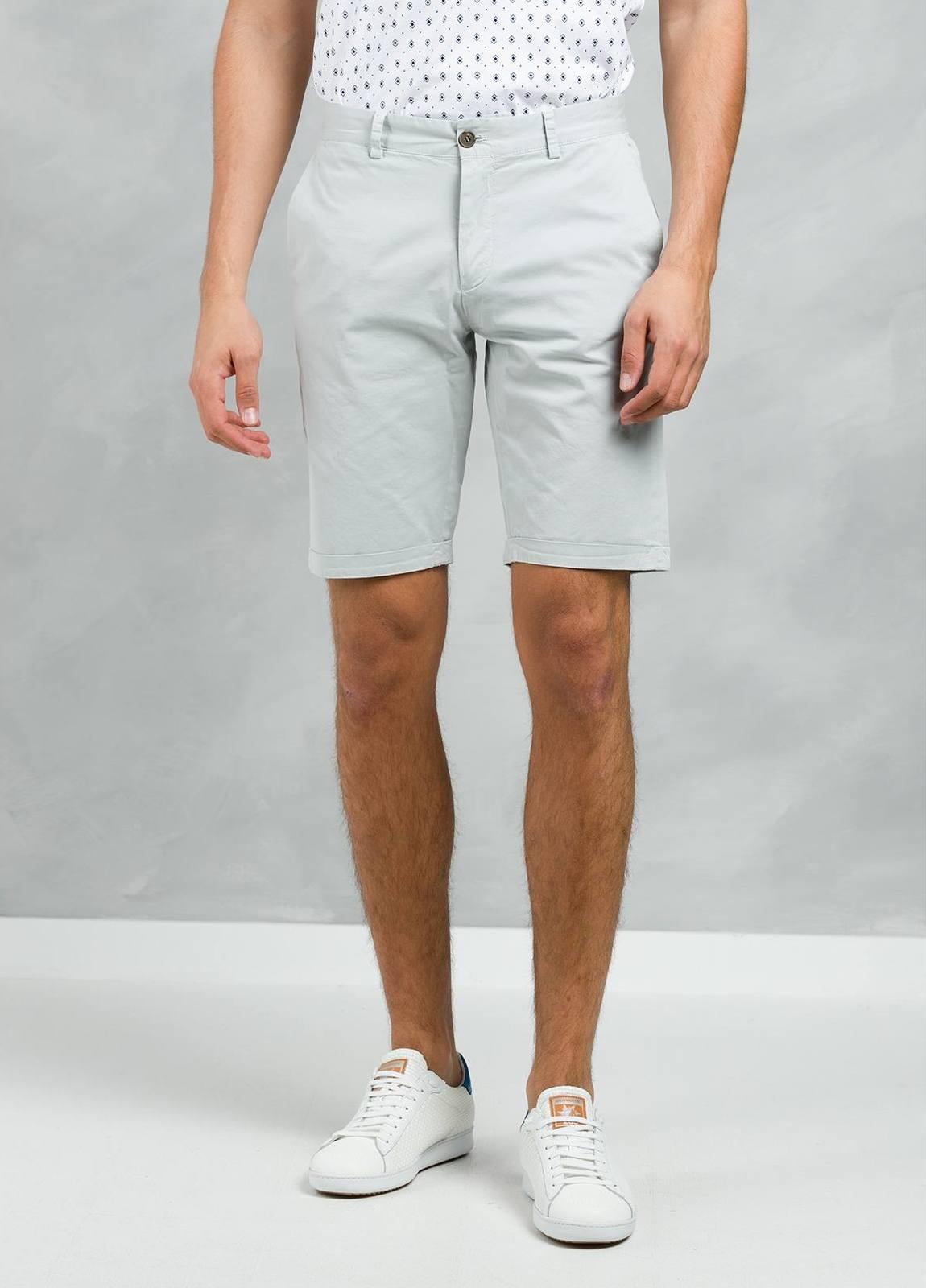 Bermuda ligeramente slim fit color gris, 100% Algodón.