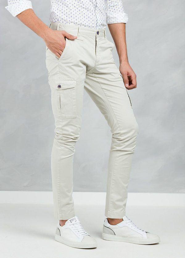Pantalón Sport SLIM FIT modelo TONY con bolsillos laterales color beige, 97% Algodón 3% Elastán.