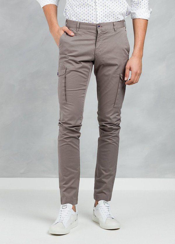 Pantalón Sport SLIM FIT modelo TONY con bolsillos laterales color visón, 97% Algodón 3% Elastán.
