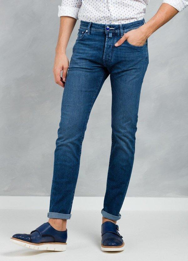 Tejano ligeramente slim fit color azul denim oscuro modelo J688, algodón.
