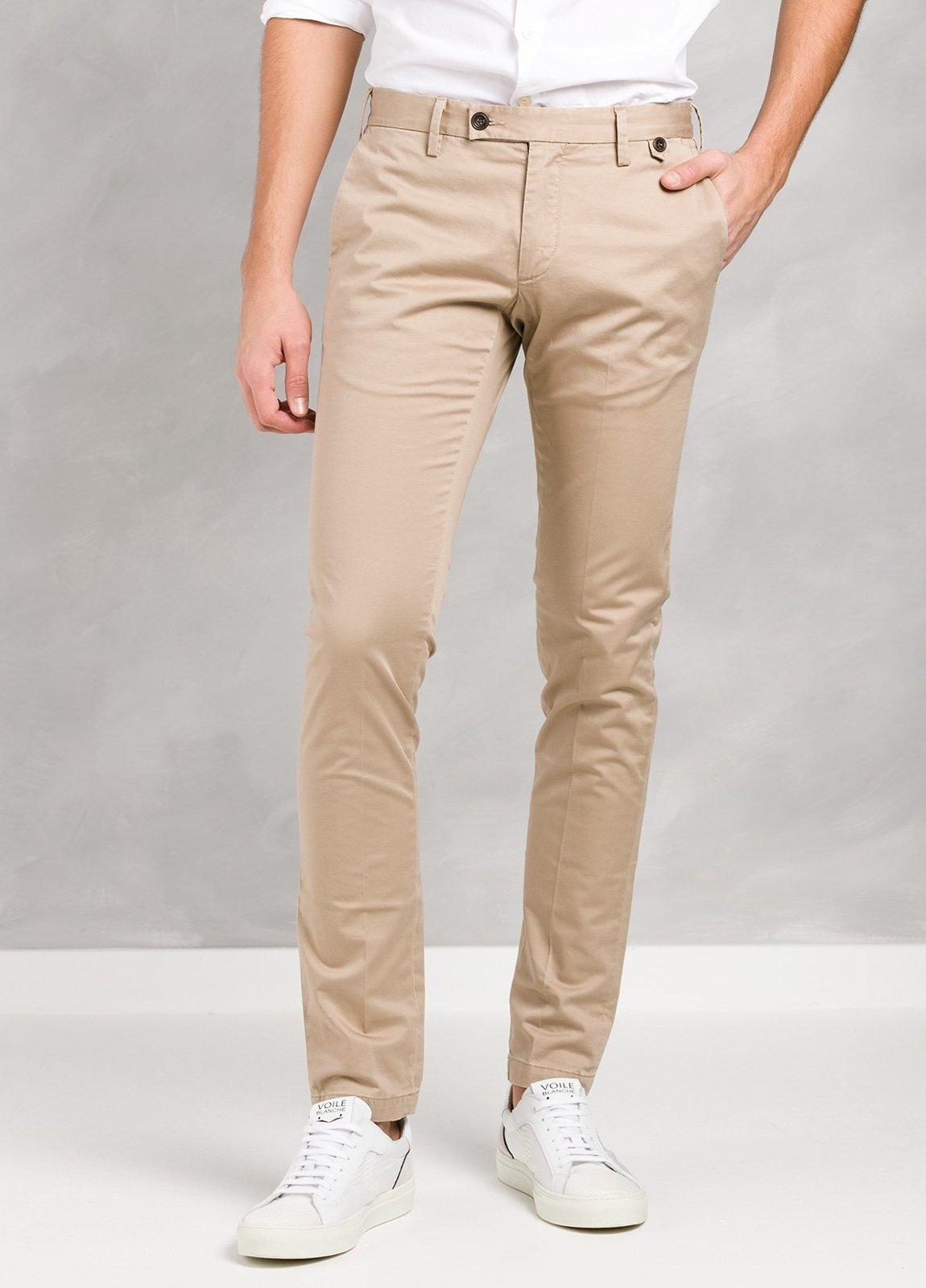 Pantalón sport color beige ligeramente slim fit, algodón satinado.