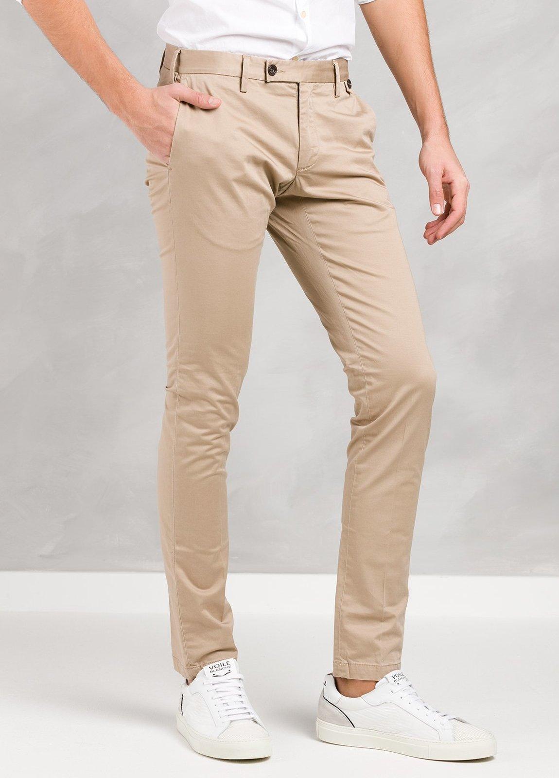 Pantalón sport color beige ligeramente slim fit, algodón satinado. - Ítem1