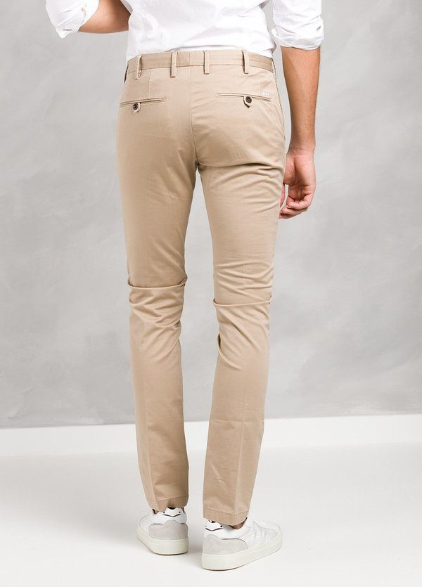 Pantalón sport color beige ligeramente slim fit, algodón satinado. - Ítem3