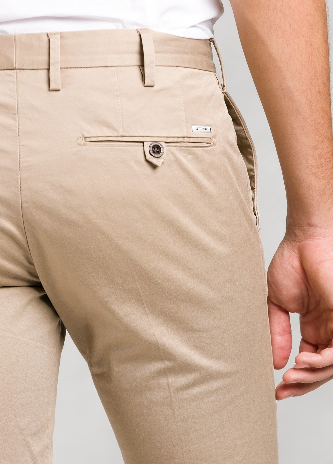 Pantalón sport color beige ligeramente slim fit, algodón satinado. - Ítem2