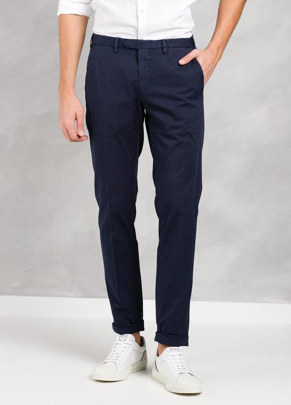 Pantalón chino modelo BWWT color azul marino, algodón gabardina delavada.