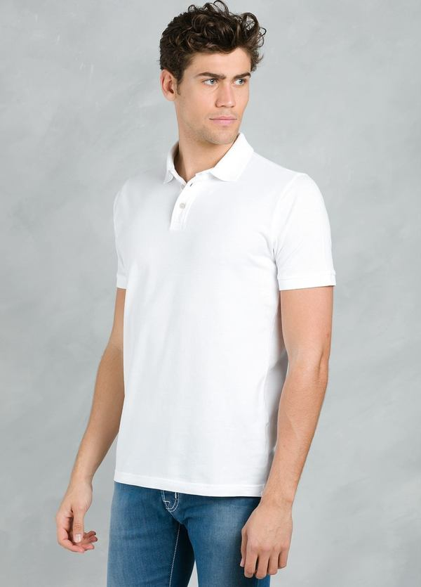 Polo manga corta con flor grabada en cuello, color blanco, 95% Algodón 5% Elastán.