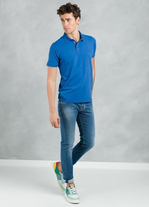 Polo manga corta piquet con flor grabada en cuello, color azulón, 95% Algodón 5% Elastán.