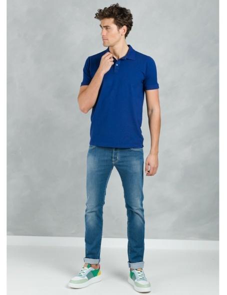 Polo manga corta piquet con flor grabada en cuello, color azul tinta, 95% Algodón 5% Elastán.